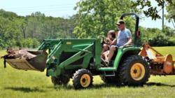 Menor es arrollado por un tractor