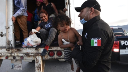 Policía Federal mexicana rescata a 146 migrantes en un tráiler en Veracruz