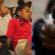 Jóvenes afroamericanos recaudan dinero para su equipo y ex policía les apunta con arma de fuego