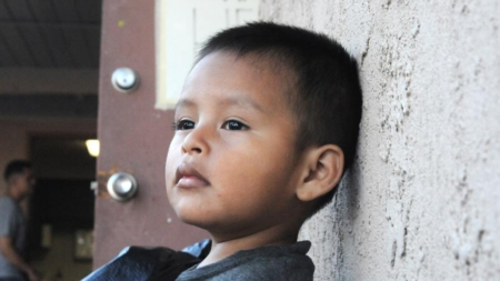 Gobierno de EU reconoce que menores separados en la frontera sufren problemas mentales