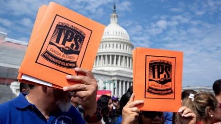 """""""¡Aquí estamos, no nos vamos!"""", activistas claman por solución a DACA y TPS"""