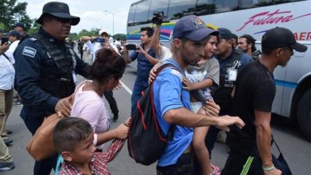 México intercepta a 172 migrantes en un camión de carga