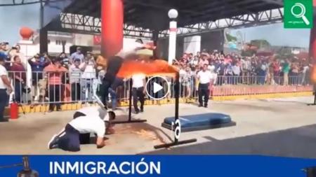 FUERTE CAÍDA DE JINETE DURANTE ACROBACIA EN EL DESFILE DE LA REVOLUCIÓN