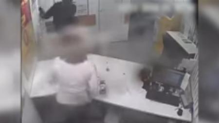 VIDEO: Desarma a asaltante a 'gritos'