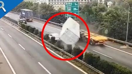 VIDEO: Auto se salva por poco de ser aplastado por un contenedor de camión
