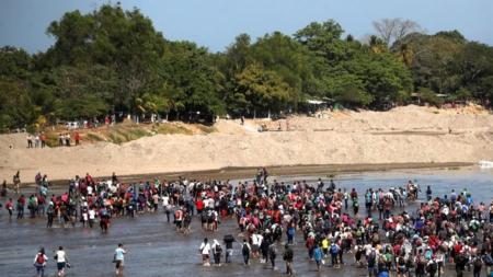 Migrantes cruzan río Suchiate en masa hacia México tras negativa del Gobierno