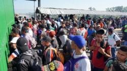 Miembros de la caravana migrante intentan entrar a empujones en México
