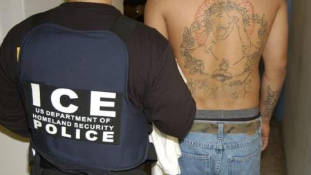 Sentencian a 18 meses de cárcel a mujer que se hizo pasar por agente de ICE