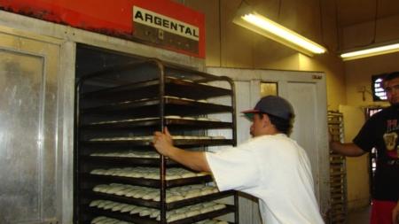 Multan a panadería latina de California por incumplir leyes de salario mínimo