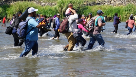 Tensión e incertidumbre marcan la entrada de la caravana migrante a México