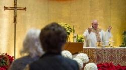 VIDEO: Hombre agrede a un diácono durante una misa en Miami