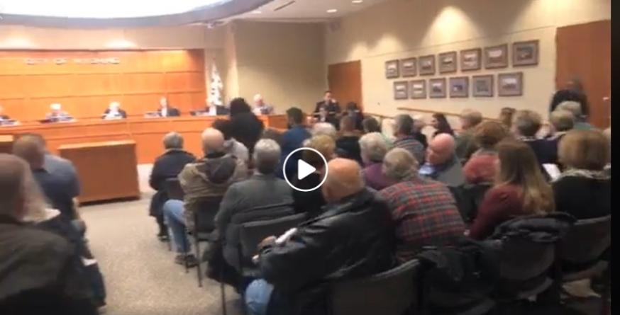 Movimiento cosecha hace acto de presencia en la junta de comisionados de la ciudad de Wyoming, MI.