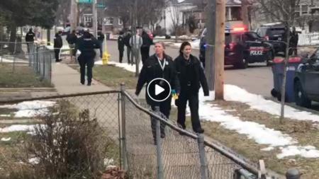 El departamento de policía está buscando a un fugitivo en libertad condicional que disparó en contra de un oficial federal de Grand Rapids.