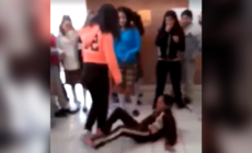 Vídeo: Alumna es golpeada por compañera en escuela. Director se ríe de lo ocurrido