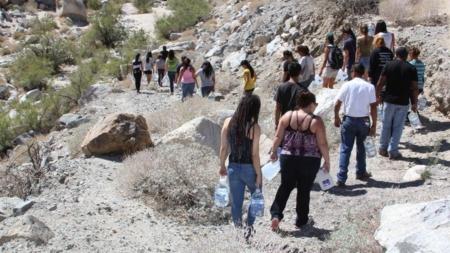 Juez de Arizona revoca condena a voluntarias de grupo que auxilia a migrantes