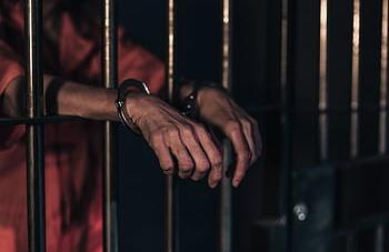 Mujer fue recluida en un penal para hombres, por orden de un juez y reos la violaron