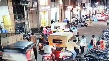 VÍDEO: LO GOLPEAN POR ESTORNUDAR EN PÚBLICO EN LA INDIA