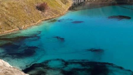 FOTO: Autoridades tiñen de negro Laguna Azul para evitar que turistas violen aislamiento