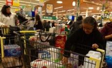 Latinos, los más afectados por la pandemia y los que menos ayudas tienen