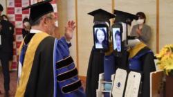 VÍDEO: Estudiantes en Japón utilizan a robots durante graduación