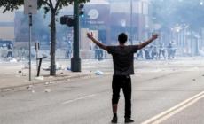 Miles de personas protestan por la muerte de un afroamericano a manos de policías en EE.UU.