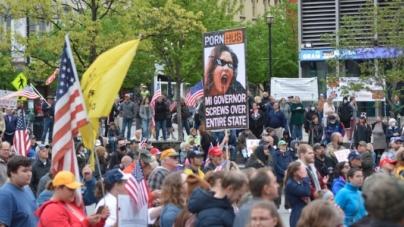 Manifestantes acuden a Grand Rapids para protestar en contra de la gobernadora Whitmer