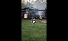 Garage arde en llamas en la calle Houseman al Northeast de la ciudad de Grand Rapids MI. El cuerpo de bomberos se encuentra en el área combatiendo el incendio