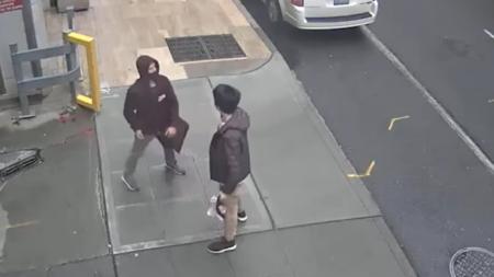 VIDEO: Sujeto golpea a una pareja asiática culpándola de traer el COVID19 a USA