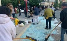 Autoridades, propietarios de negocios y voluntarios limpiaron el desastre luego de las manifestaciones