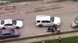 Graban a un policía presionando la rodilla contra el cuello de otro afroamericano